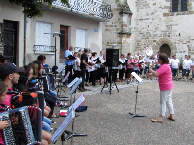 Concert place des Cloîtres par l'Accordéon Club, A Travers Chants et La Ganelette