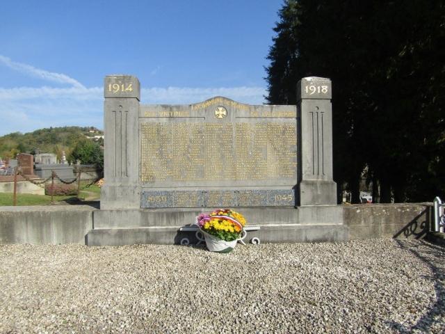 M. le Maire et les élus du Conseil Municipal fleurissent le Monument aux Morts du cimetière